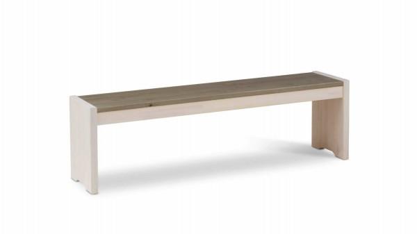 Holzbank als zeitloses Sitzmöbel
